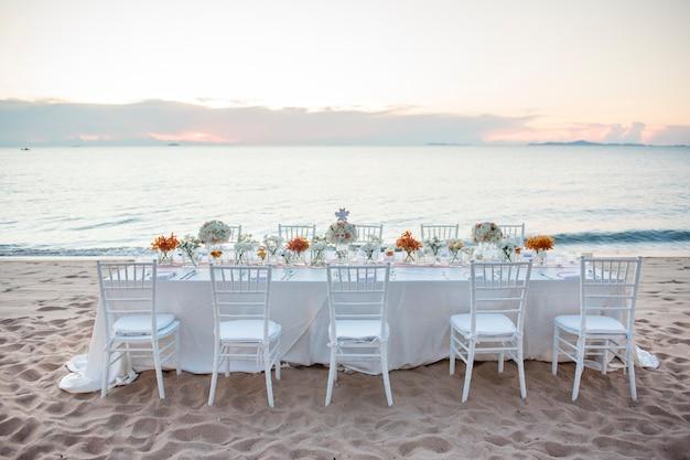 L'elegante tavolo da pranzo. Foto Premium