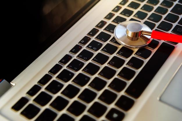 L'esperto esamina un computer portatile per ripararlo dall'infezione da virus tramite internet. Foto Premium