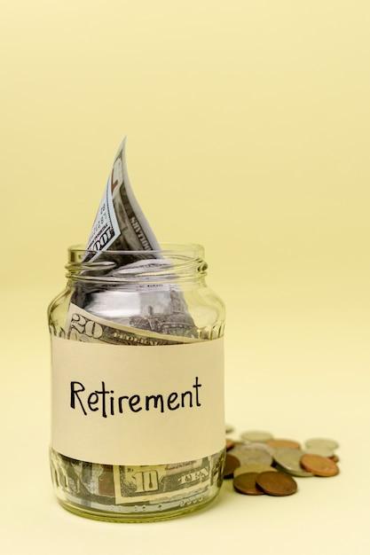 L'etichetta di pensionamento su un barattolo ha riempito di vista frontale dei soldi Foto Gratuite