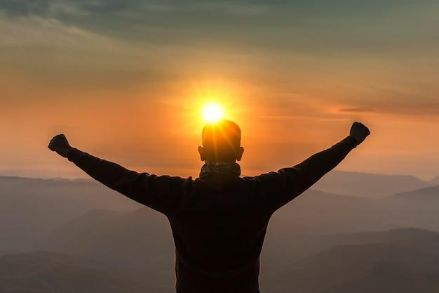 L'immagine è silhouette viaggio di uomini mountain view all'alba felice. Foto Premium