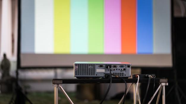 L'immagine o il video proiettore di film al cinema all'aperto per spettacoli teatrali Foto Premium