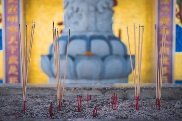 L'incenso del bruciatore attacca il tempio. Foto Premium