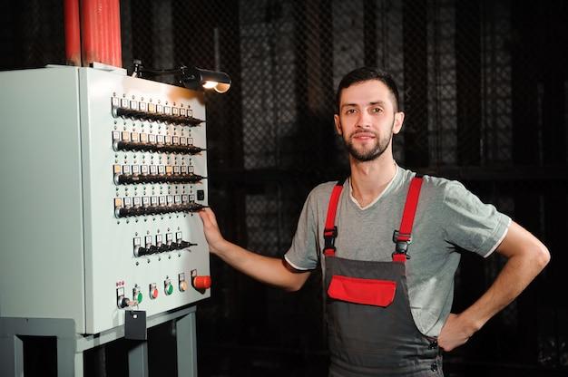 L'ingegnere dell'illuminazione regola le luci sul palco dietro le quinte. Foto Premium
