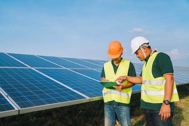 L'ingegnere ispeziona il pannello solare nella centrale elettrica solare Foto Premium