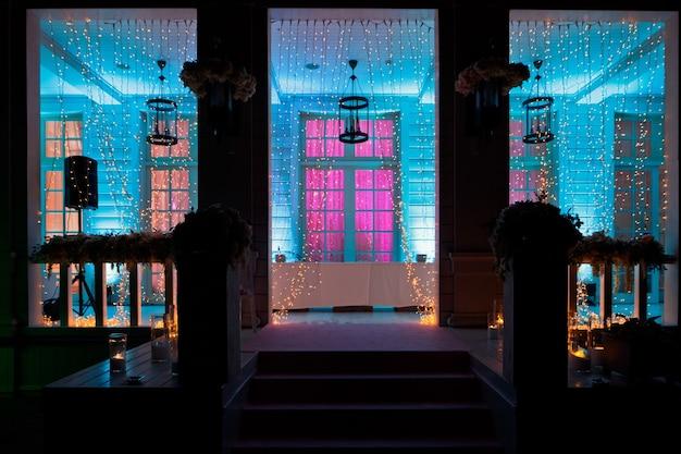 L'ingresso alla casa e il portico brillano nell'oscurità Foto Gratuite