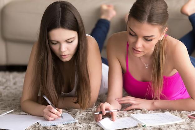 L'insegnante della donna è impegnato con l'adolescente a casa Foto Gratuite