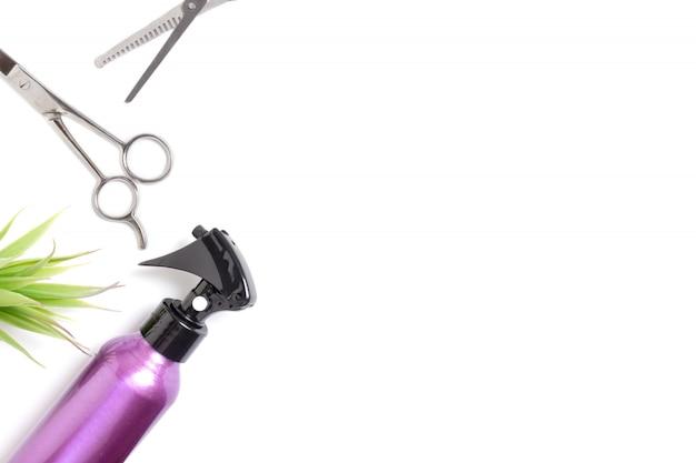 L'insieme dell'attrezzatura professionale degli strumenti del parrucchiere su fondo bianco Foto Premium