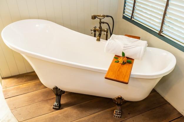 L'interiore bianco della decorazione della vasca da bagno di eleganza di lusso bella del bagno per la stazione termale si rilassa Foto Gratuite
