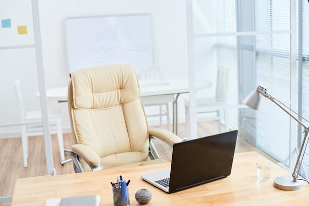L'interno dell'ufficio vuoto nei colori beige Foto Gratuite