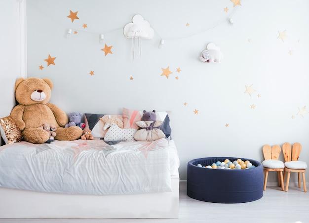 L'interno della cameretta dei bambini nei toni del blu. giocattoli per bambini e decorazioni in camera per bambini. Foto Premium