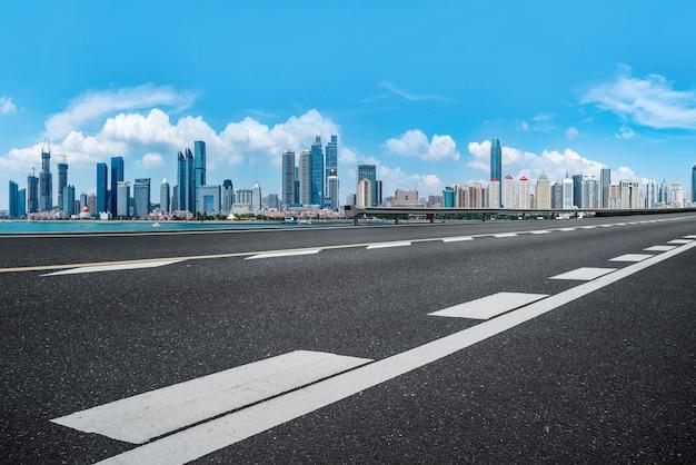 L'orizzonte dello skyline urbano di qingdao expressway Foto Premium