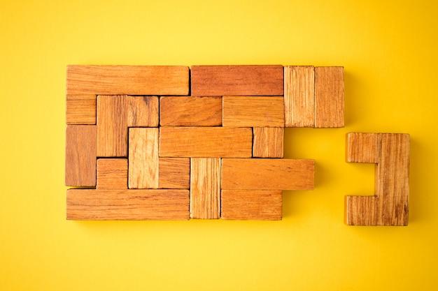 L'ultimo mattone di legno è pronto per completare la costruzione Foto Premium