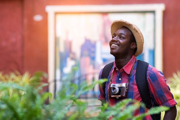 L'uomo africano turistico si sente soddisfatto del posto di viaggio nella città del paesaggio. Foto Premium