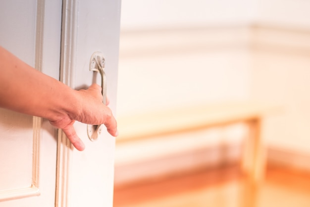 L'uomo apre la porta. Foto Premium