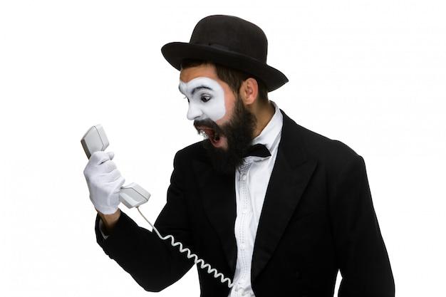 L'uomo arrabbiato e irritato urla nel ricevitore del telefono Foto Gratuite