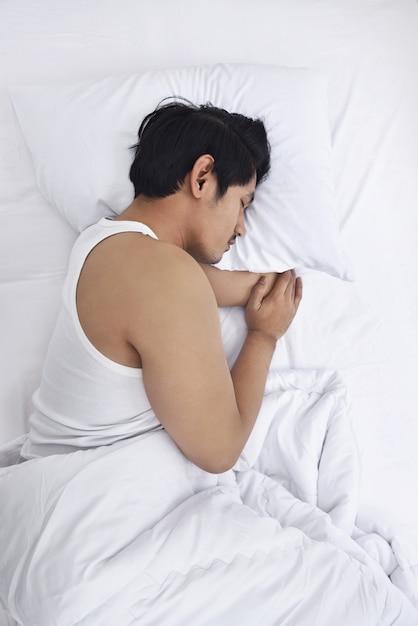 L'uomo asiatico bello dorme strettamente Foto Premium
