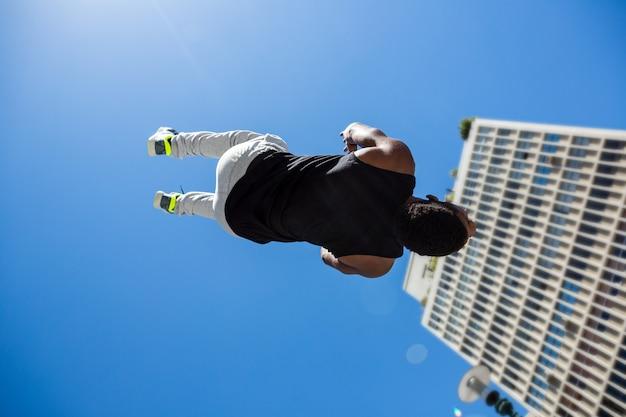 L'uomo atletico che fa indietro lancia nella città Foto Premium