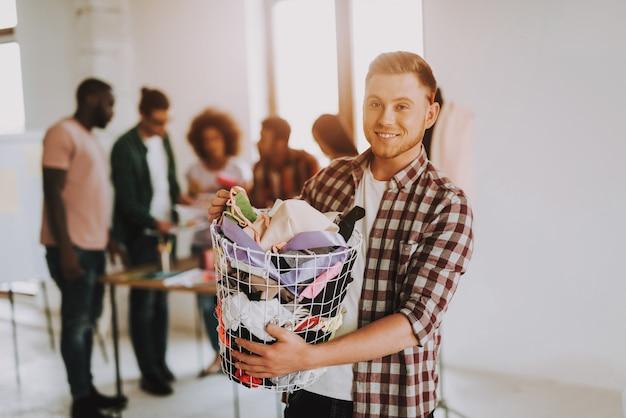 L'uomo caucasico sta tenendo il canestro con il panno. Foto Premium
