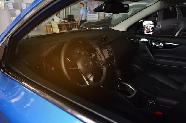 L'uomo compra una macchina e scrive documenti Foto Premium