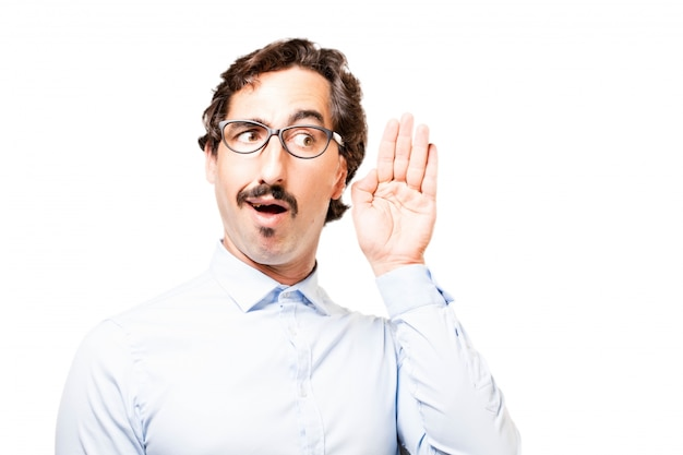 L'uomo con gli occhiali con una mano vicino all'orecchio Foto Gratuite