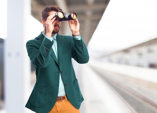 L'uomo con il binocolo Foto Gratuite