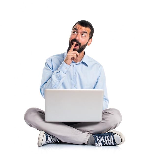 L'uomo con il computer portatile facendo il gesto di sorpresa Foto Gratuite