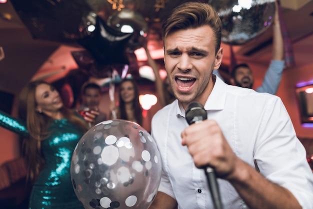 L'uomo con il pallone lucido canta nel club Foto Premium