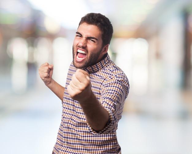 L'uomo con la faccia arrabbiata iniziare a combattere Foto Gratuite