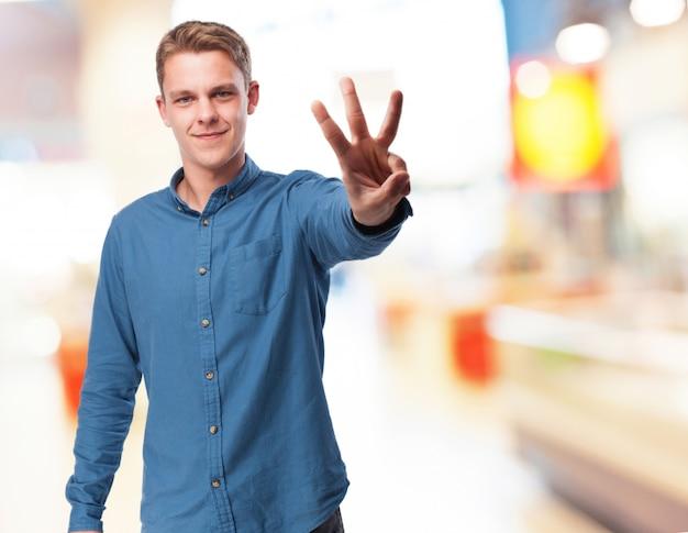 L'uomo con tre dita alzate Foto Gratuite
