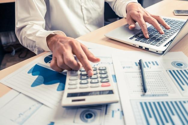 L'uomo d'affari analizza i dati di ricerca del mercato azionario. Foto Premium