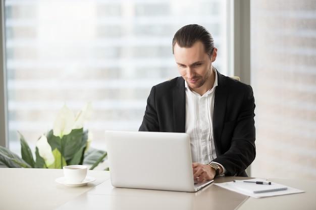 L'uomo d'affari comunica con i colleghi online Foto Gratuite