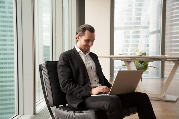 L'uomo d'affari controlla gli indicatori finanziari online Foto Gratuite