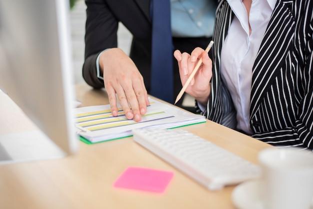 L'uomo d'affari e la donna d'affari sono dati aziendali di analisi Foto Premium