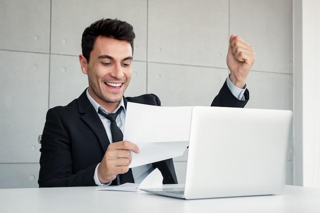 L'uomo d'affari ha aperto la busta con sintomi di estasi. Foto Premium