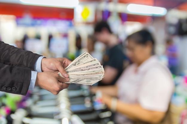 L'uomo d'affari ha offerto i soldi sulla foto vaga astratta Foto Premium