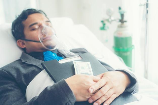 L'uomo d'affari malato deve ancora lavorare da solo. concetto di business, duro lavoro Foto Premium