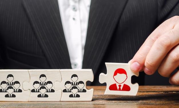 L'uomo d'affari nomina un capo capo della squadra. creazione di un efficace team di specialisti Foto Premium