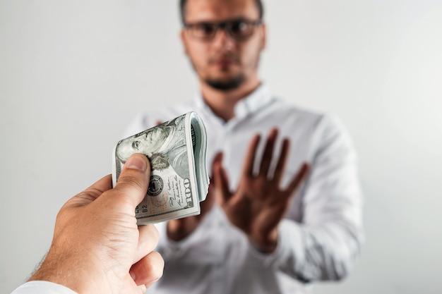 L'uomo d'affari rifiuta i dollari americani Foto Premium