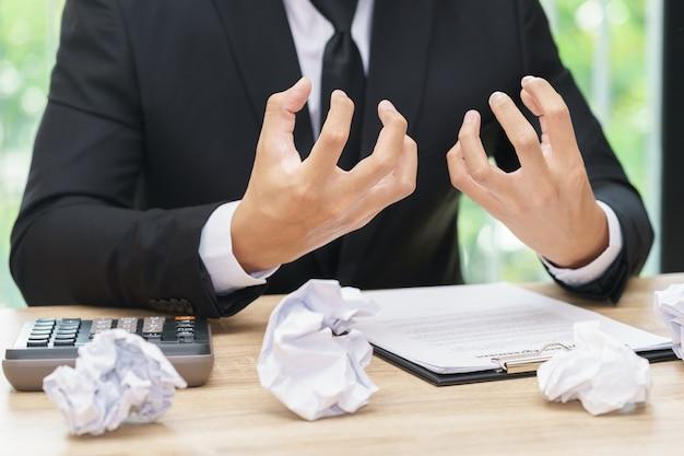 L'uomo d'affari sollecitato o arrabbiato fa un errore con carta masticata Foto Premium