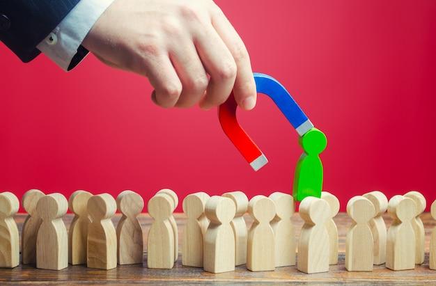 L'uomo d'affari trova la persona giusta per il lavoro. cerca specialisti professionisti per i posti vacanti Foto Premium
