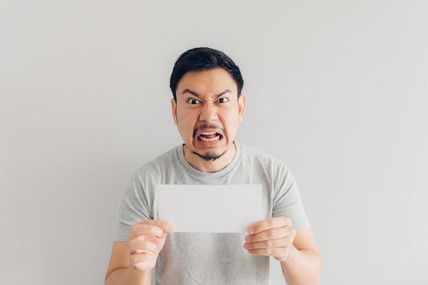 L'uomo è arrabbiato con il messaggio di posta elettronica o il conto. Foto Premium