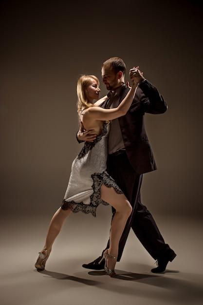 L'uomo e la donna che ballano il tango argentino Foto Gratuite