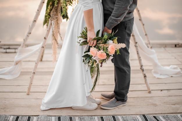 L'uomo e la sua sposa in piedi sulla cerimonia di nozze Foto Premium