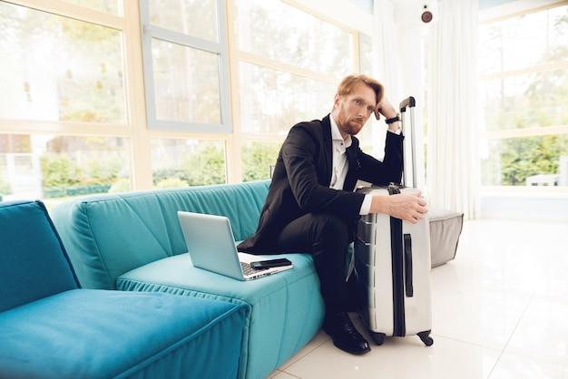 L'uomo è sdraiato sul divano nella sala d'attesa. Foto Premium