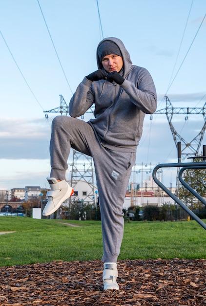 L'uomo fa sport all'aria aperta, l'allenamento all'aperto, lo sport è salute Foto Premium