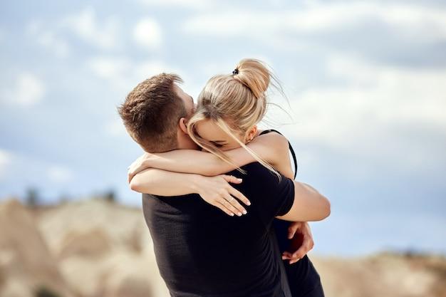 L'uomo fa una proposta di matrimonio alla sua ragazza Foto Premium