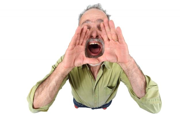 L'uomo mettendo una mano in bocca e sta urlando su sfondo bianco Foto Premium