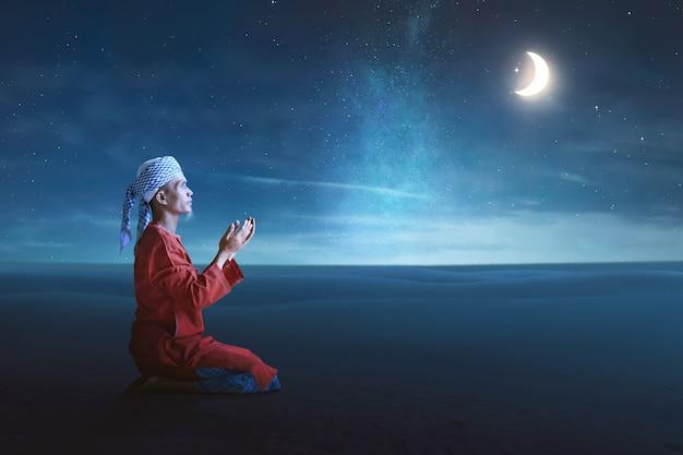 L'uomo musulmano asiatico religioso prega a dio Foto Premium