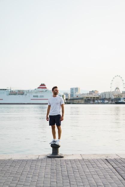 L'uomo nel porto Foto Gratuite