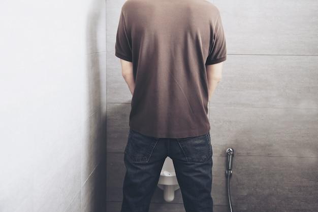 L'uomo nella toilette Foto Gratuite
